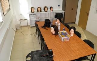כיתת קורסים לבניית ציפורניים ועיצוב שיער ותסרוקות